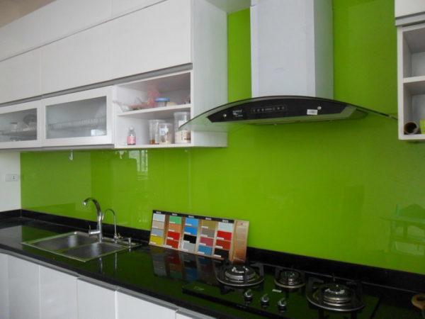 Mẫu kính sơn màu ốp bếp
